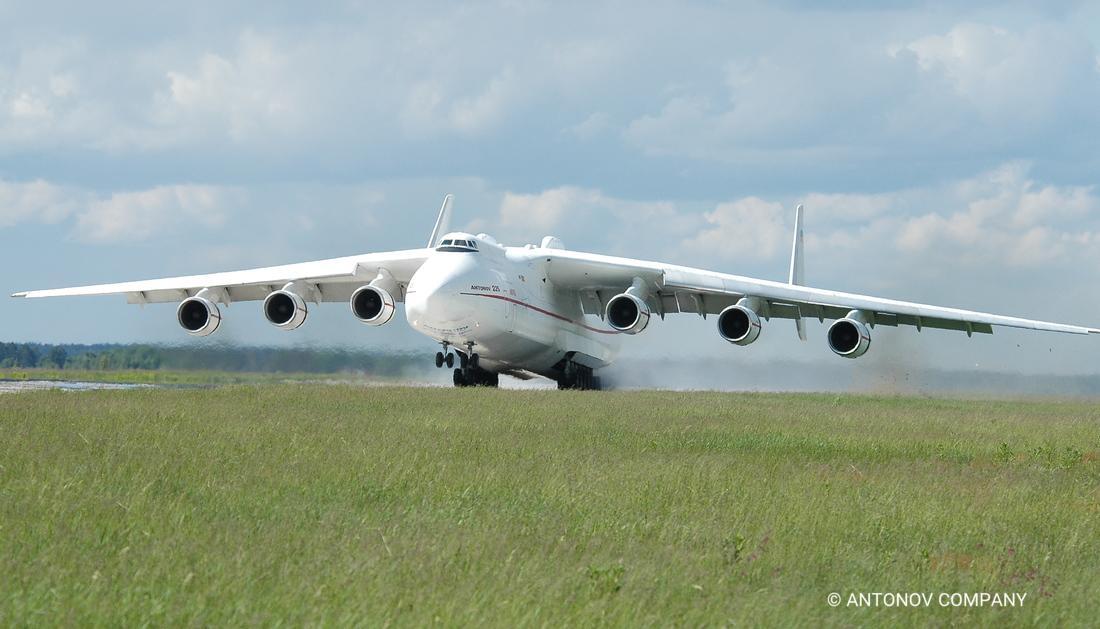 Dihania asta vine la București. Cel mai mare avion din lume aterizează azi la Otopeni