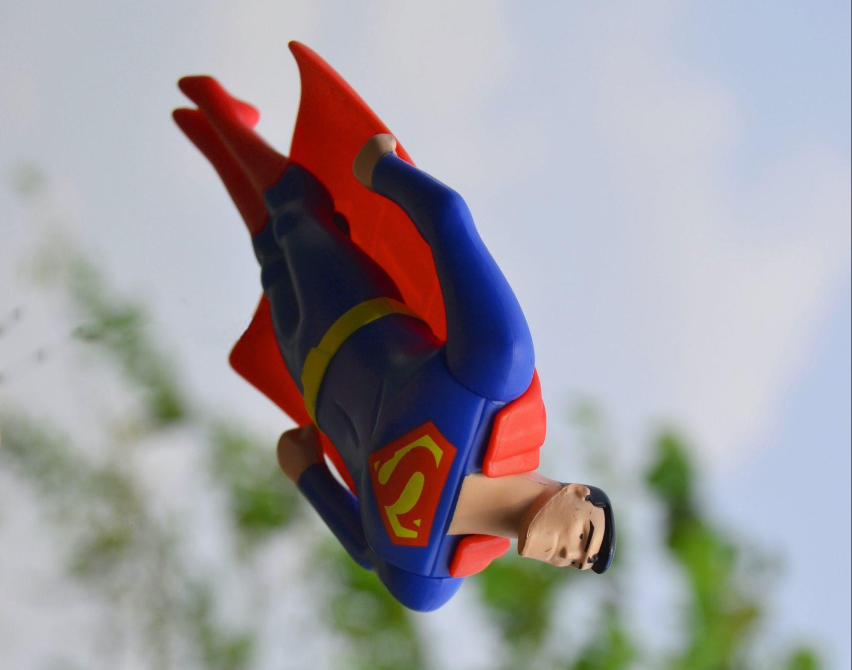 Trotinetele nu mai au voie pe trotuare, doamna Șoșoacă este Xena, Superman a picat, dar la Bucuești e soare