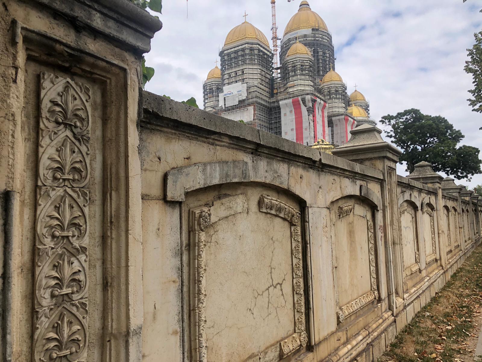 Se fură într-o veselie din gardul Casei Poporului din București. Și, la urma urmelor, al cărui popor e Casa Poporului?