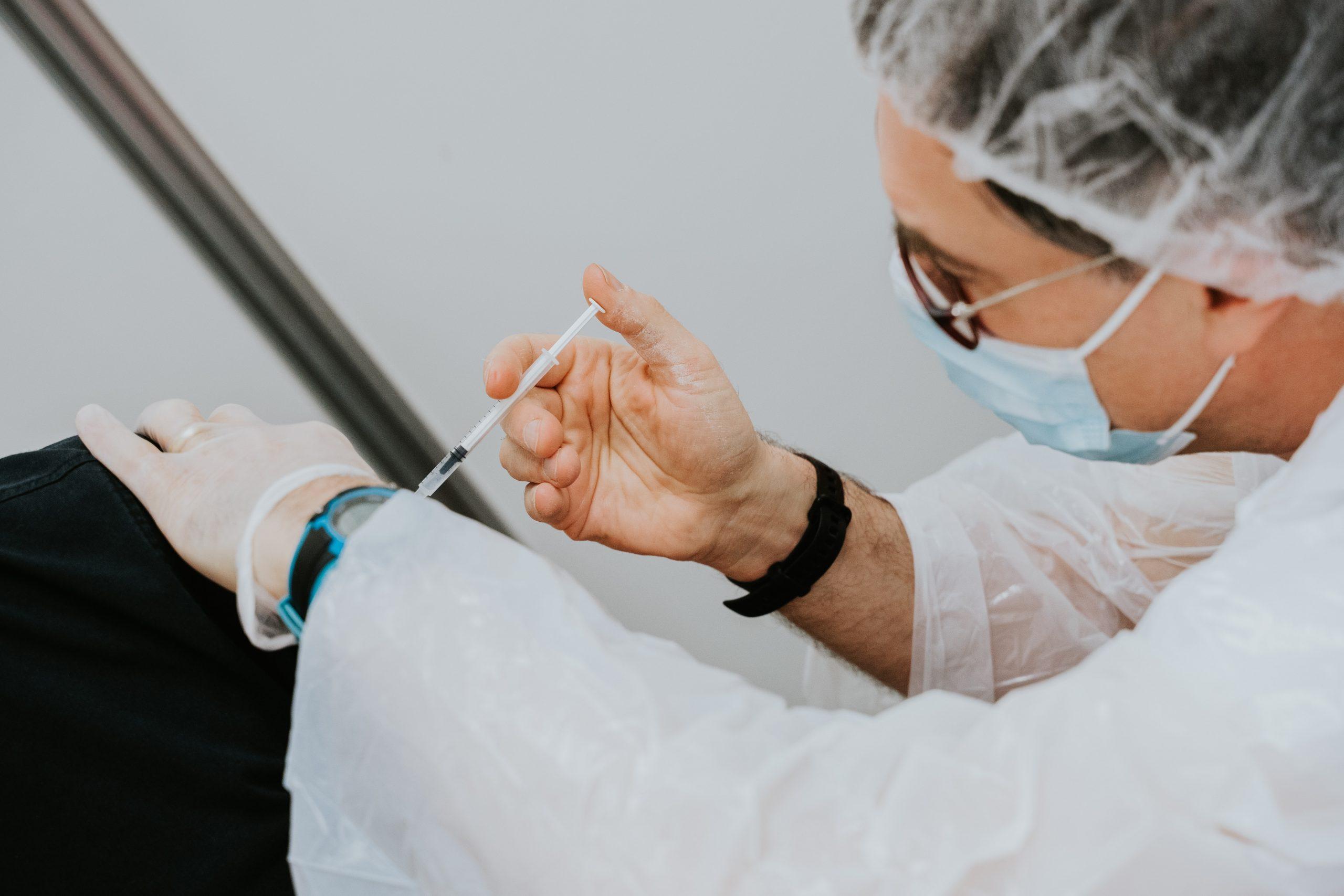 Mai mult de 3000 de bucureșteni s-au hotărât să se vaccineze, pentru prima dată, în ultimele 24 de ore. Alte cinci mii s-au vaccinat cu doza 3
