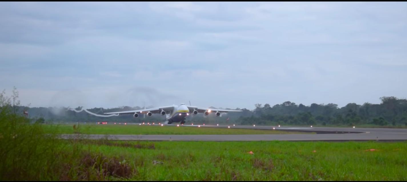 AN 225, cel mai mare avion din lume, aterizează la București