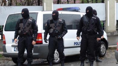 Photo of Droguri și arme albe confiscate dintr-o cafenea din centrul Bucureștiului. Patronul, un cunoscut luptător MMA
