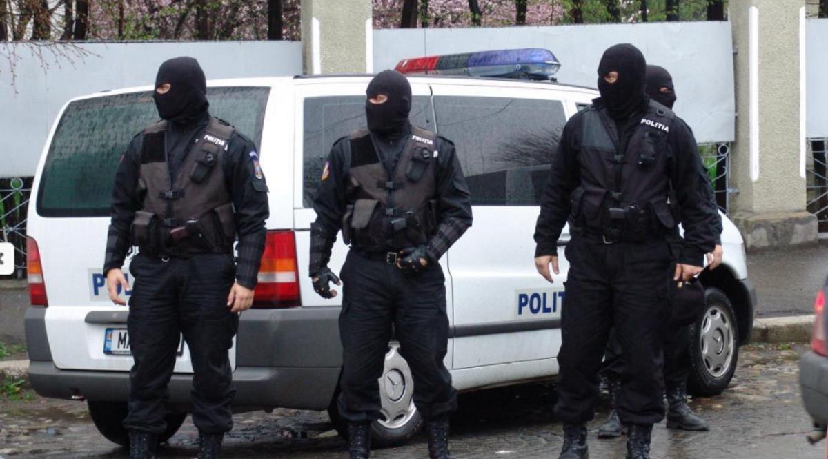 Droguri și arme confiscate dintr-o cafenea din centrul Bucureștiului. Patronul, un cunoscut luptător MMA, a fost reținut alături de alte persoane pentru 30 de zile