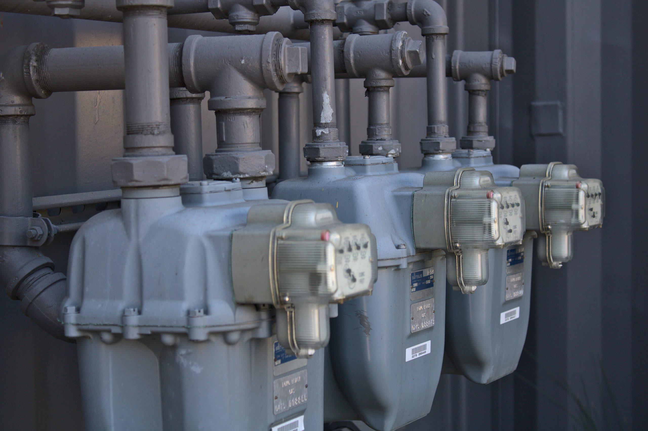Patru furnizori importanți de gaze, amendați de ANRE. Companiile au dorit să crească tarifele în ciuda înțelegerilor din contract