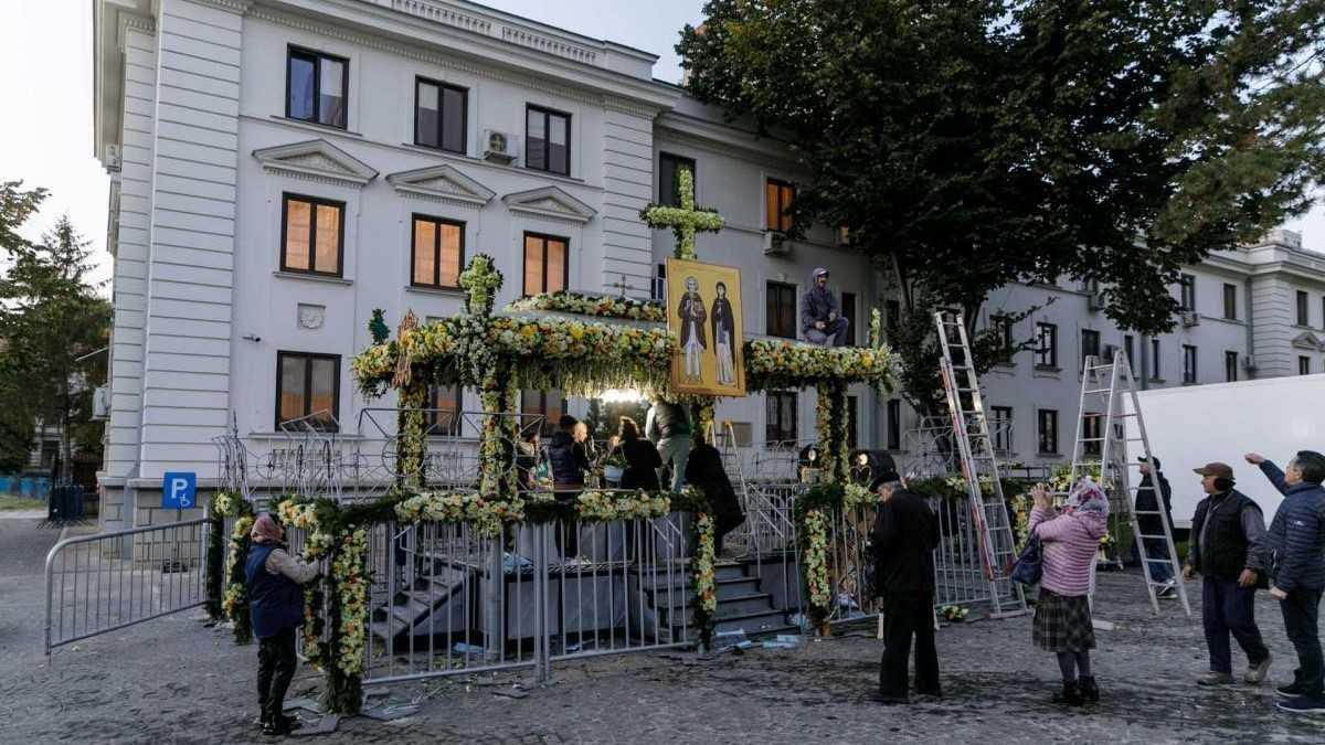 Sfânta Parascheva. Împodobirea cu flori a baldachinului de la racla Sfintei Parascheva începe la București și se finalizează la Iași