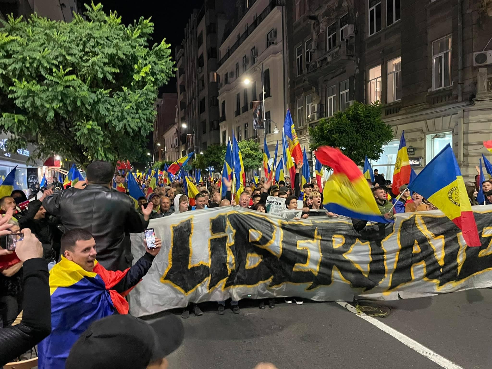 Peste 10.000 de oameni au ieșit în stradă în București sâmbătă seara. Jandarmeria a împărțit amenzi, dar le-a mulțumit protestatarilor că acțiunea a fost pașnică